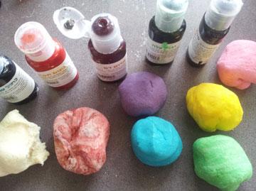יוצרים מגוון בעזרת צבעי מאכל (צילום: ענבל עופר )