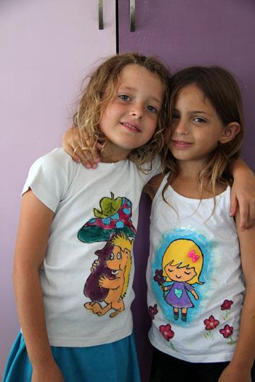 עם קצת עזרה מההורים. ציור על חולצות (צילום: ענבל עופר )