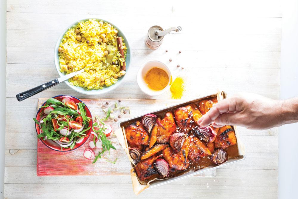 ארוחת פרגיות, אורז בסמטי עם חומוס ותבלינים, סלט צנוניות, עגבניות ועלי ארוגולה (צילום: דני לרנר סגנון: פסי ברניצקי)