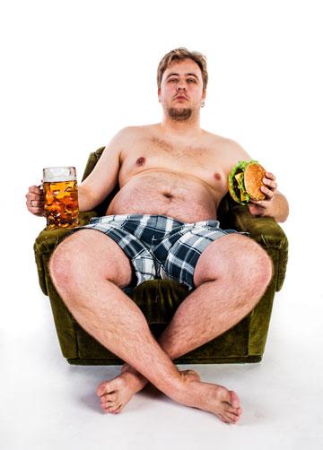 גברים המפריזים בשתיית אלכוהול. להפחית שתייה לפני הדיאטה (צילום: shutterstock)