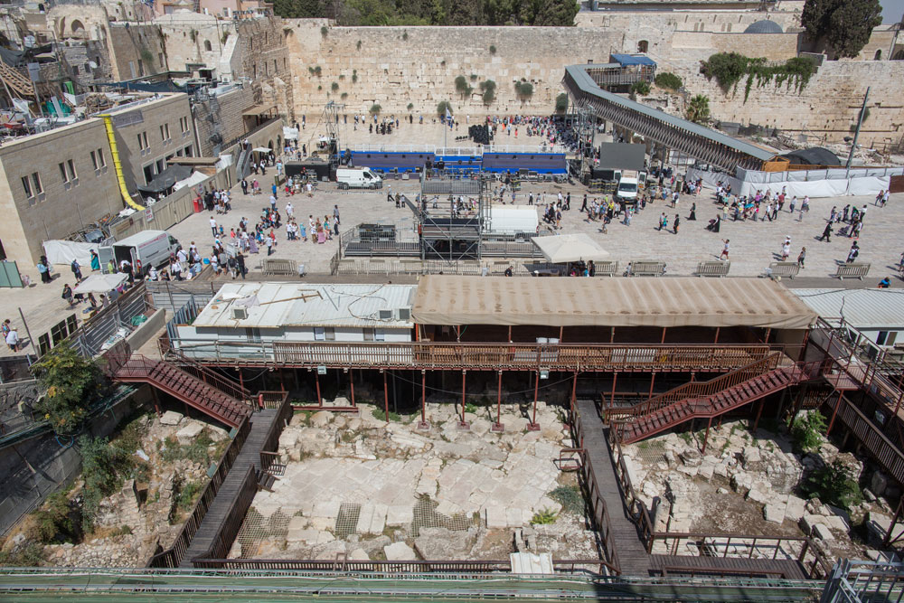 המגרש שבו מבקשת הקרן להקים את הבניין שלה נמצא ממש מול הכותל המערבי. הארכיאולוג מאיר בן דב טוען, כי על המגרש עמד מסגד (צילום: אוהד צויגנברג)