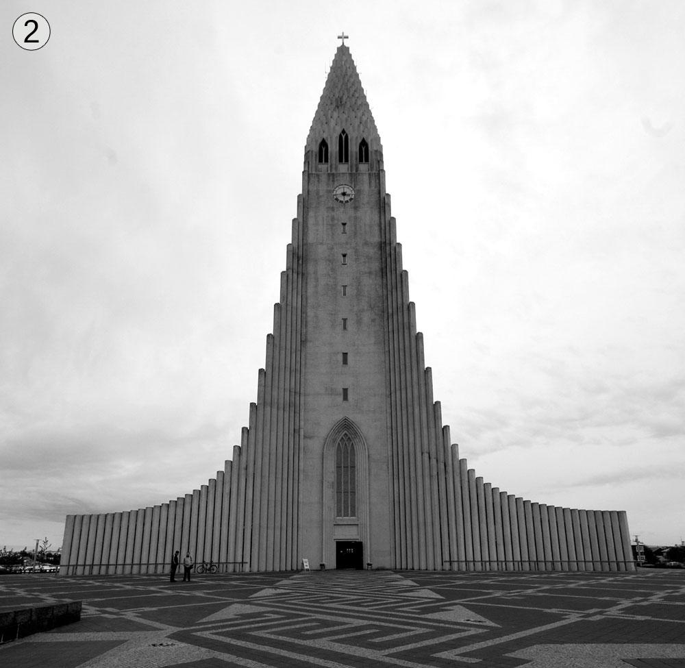 האטְלְגְרימסְקירקיָה, רייקיאוויק, איסלנד. בזמנו היה התכנון שנוי במחלוקת - הכנסייה נראית כמו ראש חץ או טיל לפני שיגור לחלל - אך היום זהו אחד האתרים המתוירים בעיר (צילום: shutterstock)