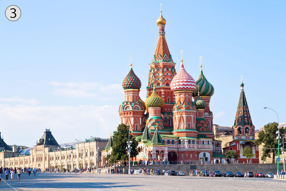 קתדרלת ואסילי הקדוש, מוסקבה, רוסיה. נראית כמו מקבץ של סוכריות על מקל שצץ מהכיכר האדומה, ויש עליה אגדה מעניינת (צילום: shutterstock)