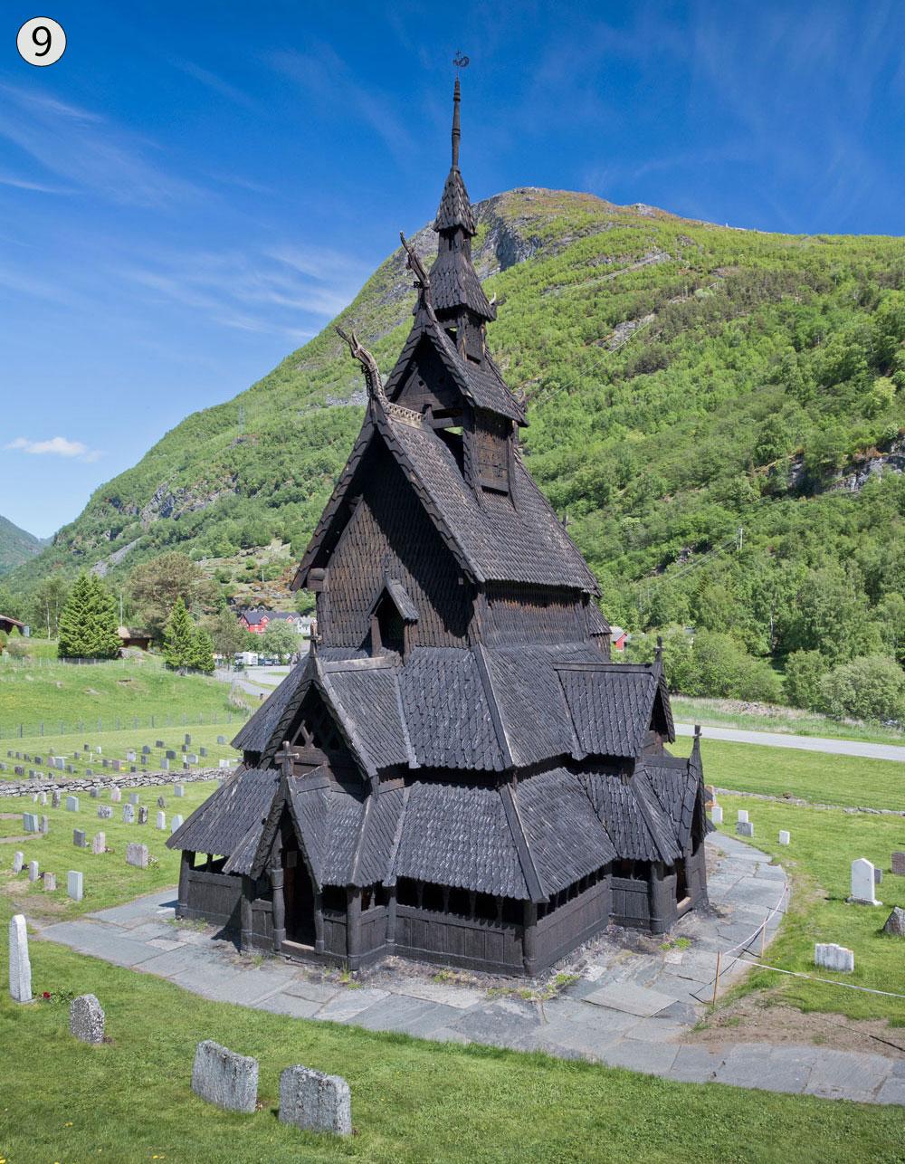 כנסיית קורות העץ בּוֹרגוּן, לארדאל, נורבגיה. כמעט שלא השתנתה מאז בנייתה, בסוף המאה ה-12 או בתחילת המאה ה-13 (צילום: Ximonic, cc)