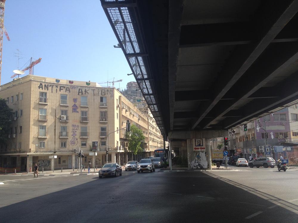 """גשר """"מעריב"""" (גשר הנשרים) בפינת קרליבך-בגין-לינקולן-יצחק שדה, השבוע. למטה: אחיו התאום-הזהה במרכז בנגקוק, שהגיע אחרי פירוק מבריסל. גם באלג'יר ובפנמה יש להם אחים (צילום: דקל גודוביץ')"""