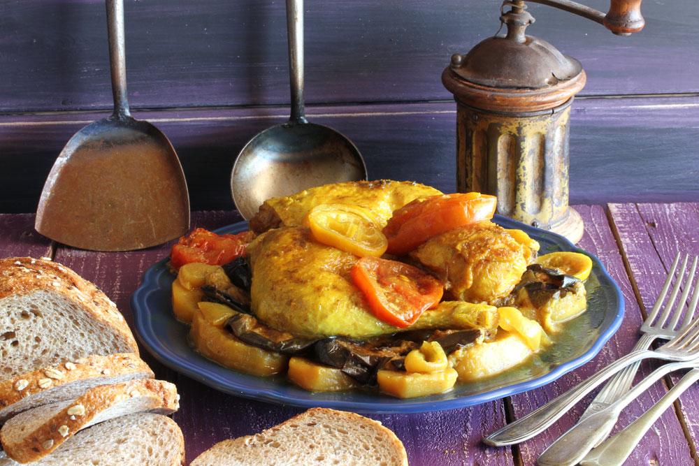תבשיל עוף בשכבות עם תפוחי אדמה, חצילים ובצל (צילום: אסנת לסטר)