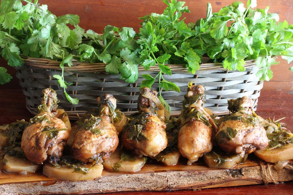 תבשיל שוקי עוף בשכבות עם תפוחי אדמה ופטרוזיליה (צילום: אסנת לסטר)