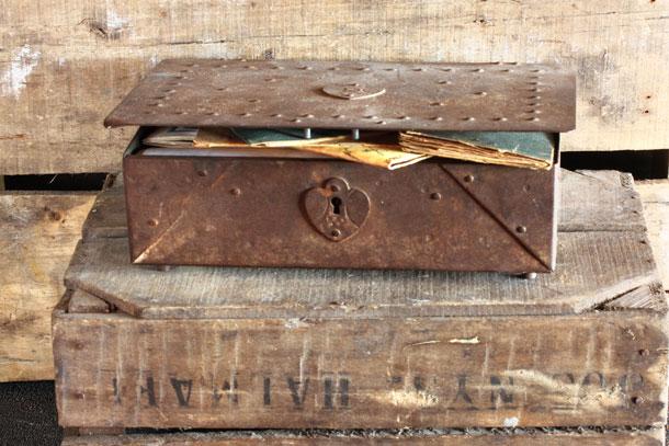 מספיק מקום לחיים שלמים. קופסת הברזל ששימשה את הוריה של אסנת (צילום: אסנת לסטר)