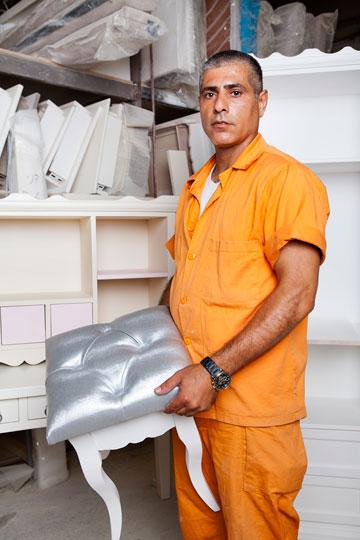 עמנואל ביארי. ''אני לומד מקצוע חדש, שאני מקווה שיהיה שימושי בחוץ'' (צילום: ענבל מרמרי)
