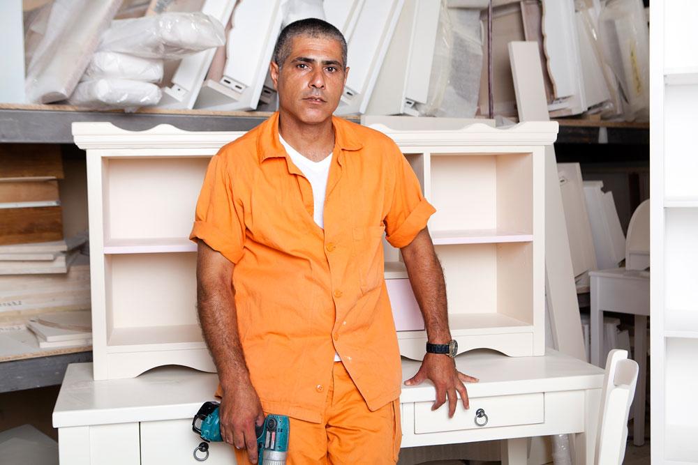 עמנואל ביארי בנגרייה של חברת הרהיטים ''האוס אין'' בכלא מעשיהו. כבר 20 שנה הוא נכנס ויוצא מבתי הכלא. ''להשתקם ולעבוד בחוץ זה משהו שאנשים בגילי ובמצבי רוצים. כשהגעתי למעשיהו סימנתי את המפעל כמטרה, גם בגלל העתיד וגם בגלל הכסף. יש לי שני ילדים, בן ארבע ובן 14. לגדול שלחתי כסף. יש לו חברה, הוא יוצא אתה לבלות ויודע שזה מאבא'' (צילום: ענבל מרמרי)