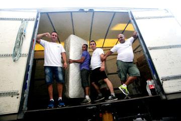 """""""יש סטיגמות על מובילים והגיע הזמן לנפץ אותם"""".  אודי ברזילאי וחבריו להובלה (צילום: קובי בכר)"""