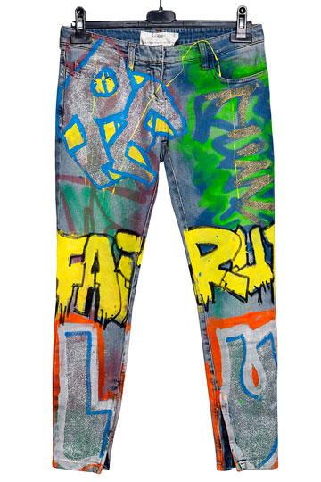 """מכנסי ג'ינס בצביעת גרפיטי (6). """"יש בהם משהו מאוד צעיר, טרנדי ומושך תשומת לב"""" (צילום: ענבל מרמרי)"""