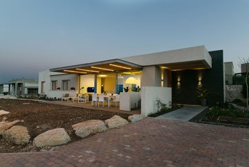 הכניסה לבית. קיר בזלת עוטף את המבנה ומשמש כאלמנט קישוטי (צילום: שירן כרמל)