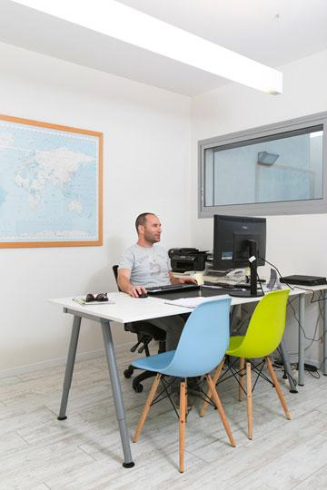 המשרד הביתי במרתף (צילום: שירן כרמל)