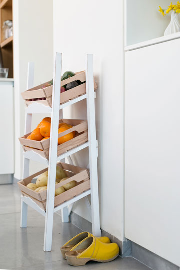 מתקן לאחסון פירות וירקות במטבח (צילום: שירן כרמל)