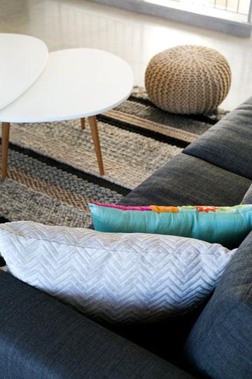 שילוב טקסטורות וצבעים בסלון (צילום: שירן כרמל)