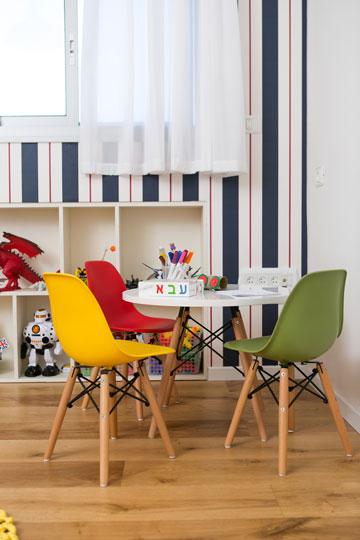 חדר המשחקים. את הצבעים העזים מוסיפים הכסאות (צילום: שירן כרמל)