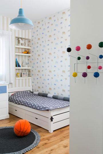 חדר השינה של הילדים. נקודות צבע במתלה שעל צד הארון (צילום: שירן כרמל)
