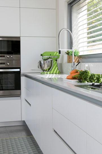 ארונות פורמייקה גבוהים ונמוכים במטבח. החלון פונה לחצר האחורית (צילום: שירן כרמל)