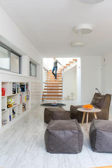 מרבצי ישיבה ומשחקים בסלון למטה (צילום: שירן כרמל)