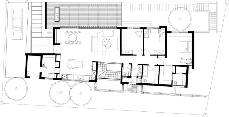 תוכנית קומת הכניסה, שבה גם חדרי השינה של ההורים והילדים. דלת הכניסה משמאל, ובהמשך למטבח שפתוח לסלון יש מטבח אחורי סגור (תכנית: קרן אבני)