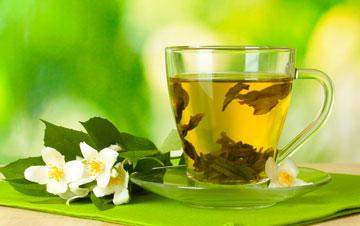 תה ירוק. מסייע לשינה איכותית, מפחית סטרס, מחזק את מערכת החיסון, מסייע בניקוי רעלים ובטיפול בבעיות במערכת העיכול (צילום: shutterstock)