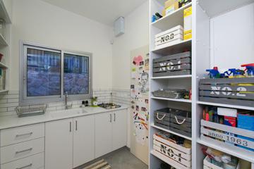 כך נראה המטבח האחורי והמזווה. יש לו גם דלת יציאה הישר לחדר הזבל וממנו לחניה (צילום: שירן כרמל)