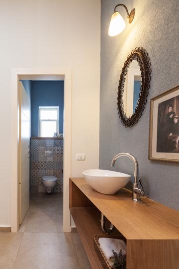בחדר השירותים חופה אחד הקירות באריחים מאוירים (צילום: טל ניסים)