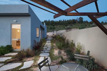 היציאה מן המטבח לחצר האחורית (צילום: טל ניסים)
