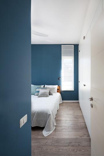 הכניסה לחדר ההורים: בעלת הבית ביקשה לצבוע בכחול גם את התקרה אבל בסוף דבקו בלבן, מחשש לפגיעה בתחושת המרחב (צילום: טל ניסים)