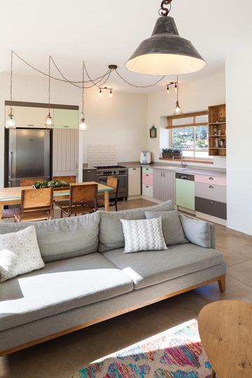 גוונים עדינים בסלון ובמטבח (צילום: טל ניסים)