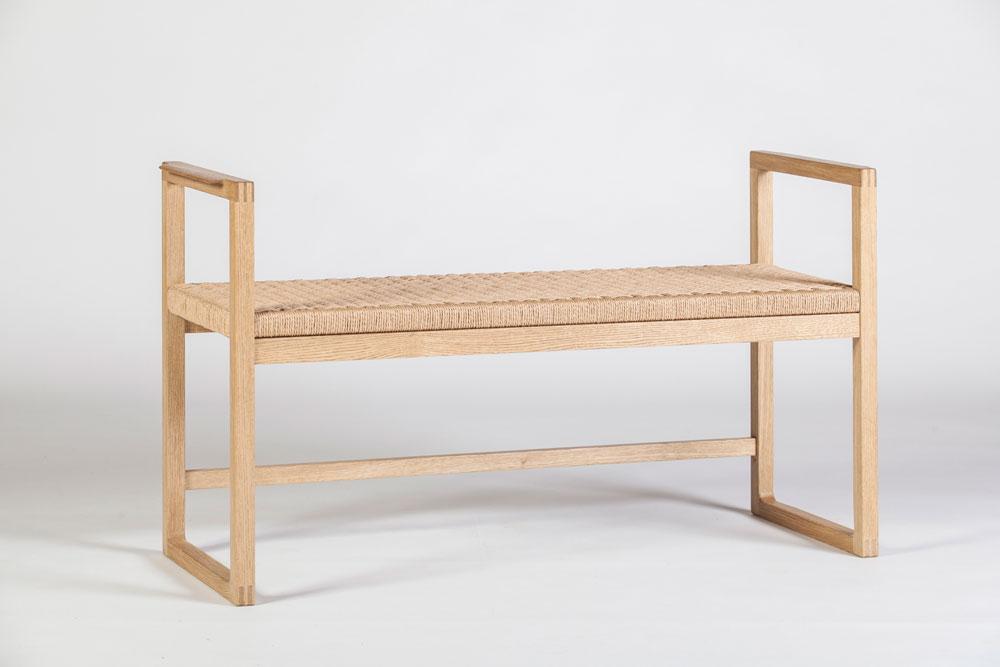 ספסל קלוע של משה פחימה, שמזכיר בפשטותו את העבודות של ה-Shakers, בני קהילה נוצרית שנוסדה באנגליה במאה ה-18 ושמה דגש על הצורה (צילום: ניצן הפנר)