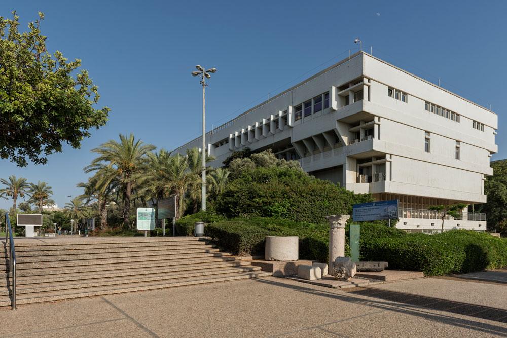 הכניסה לאוניברסיטה דרך שער 7, כיום. מימין: שלט המכריז שבקרוב יהיה שם אתר בנייה (צילום: אלי סינגלובסקי)