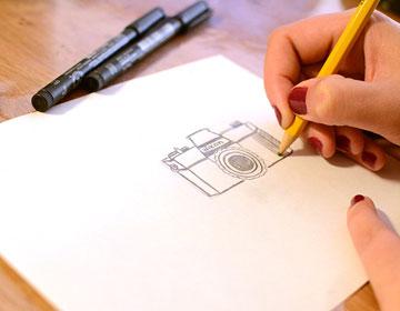 מעתיקים את הציור על נייר (צילום: לאה מ. צלמת )