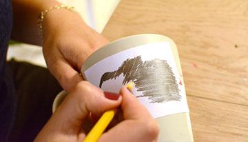 מקשקשים בחוזקה על הציור (צילום: לאה מ. צלמת )