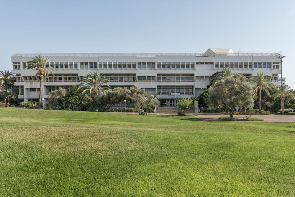בניין רקנאטי, במבט מהמדשאה המרכזית ובניין מקסיקו בקמפוס. גם הוא נבנה בשלבים, תוך הוספת קומתיים בהמשך הדרך (צילום: אלי סינגלובסקי)