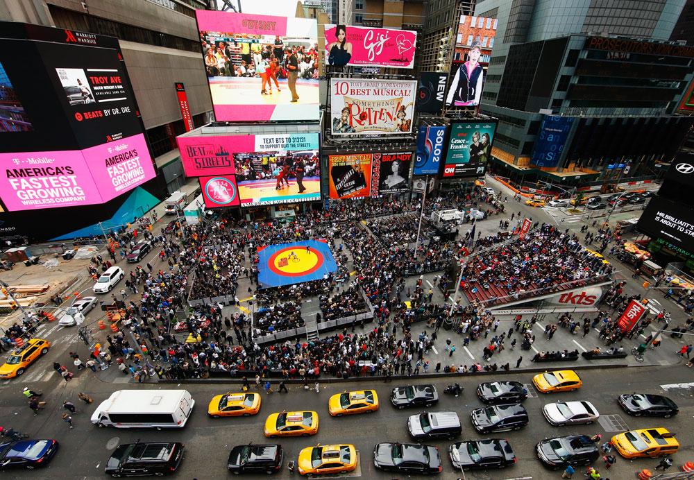 בהחלטה סנסציונית במונחי הכיכר המפורסמת בעולם, החליט ראש העירייה הקודם של ניו יורק לחסום קטע להולכי רגל בלבד. ההצלחה עצומה: מיליוני תיירים נוהרים לשם (צילום: gettyimages)