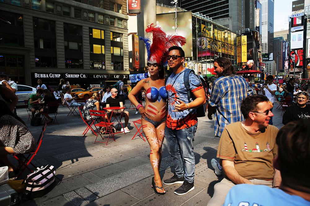עם התיירים הגיעו המתפרנסים המקוריים, בדוגמת דמויות קומיקס ונשים חשופות חזה שמצטלמות עם תיירים תמורת טיפ. זה הגדיש את הסאה מבחינת השמרנים (צילום: gettyimages)