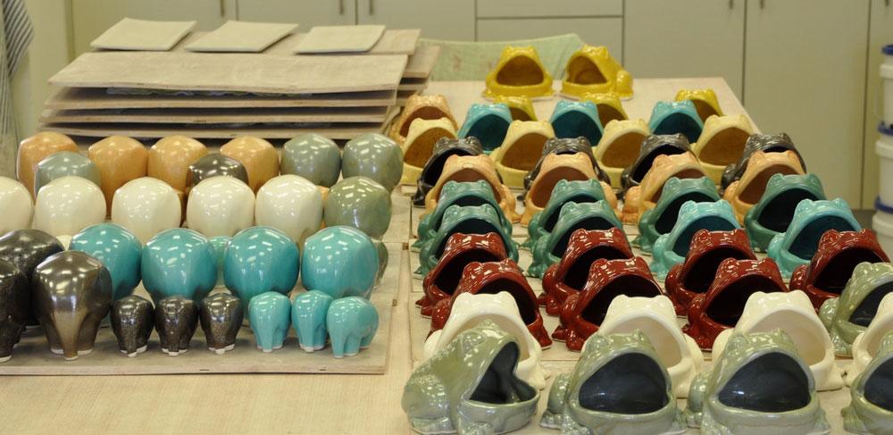 יצירות קרמיקה שנוצרו בעמותה (צילום: עידו בקר)