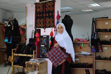נע'מה בחנות של העמותה (צילום: ישראל יוסף)