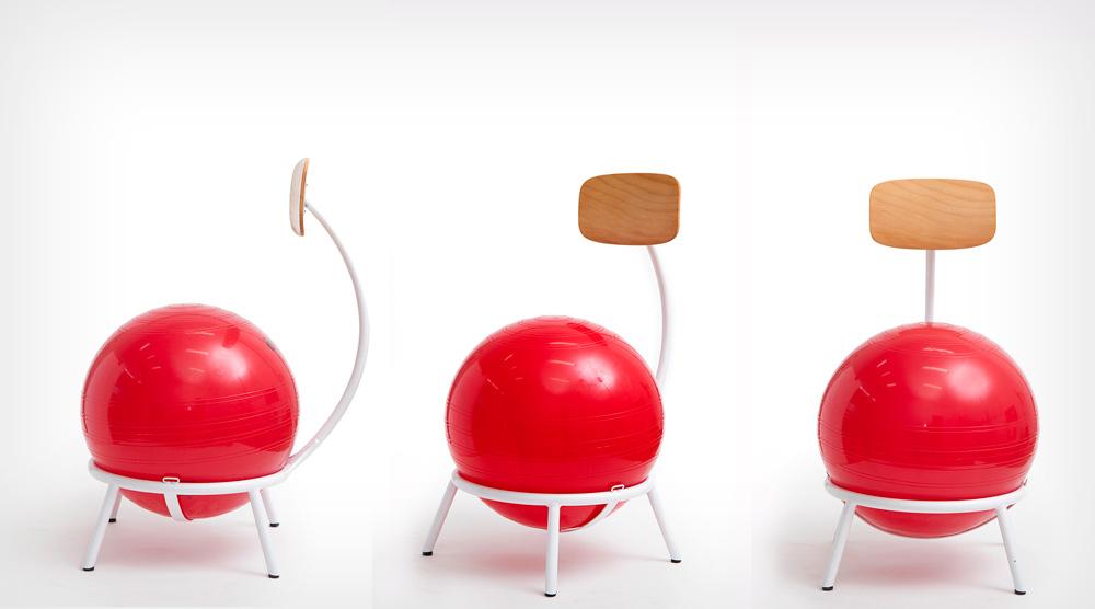 כדור יוגה אדום, בחיבור מסגרת מתכת עם רגליים, ומשענת שנמצאה במחסן של מפעל בעכו יצרו את הכיסאות (צילום: רועי מזרחי)
