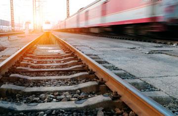 """""""בשלב מסוים, עוד לפני שהרכבת נעצרה, פתח הפקח את הדלתות וסימן לי לקפוץ. קפצתי בלי לחשוב פעמיים"""" (צילום: gettyimages)"""