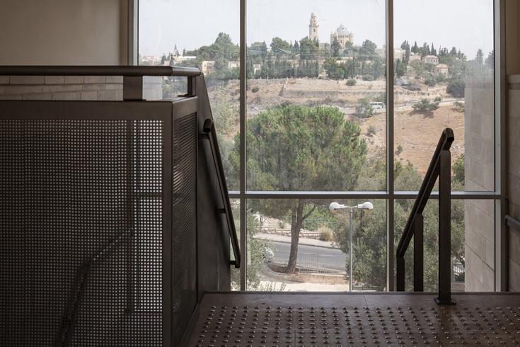 מבעד לחלונות הענק נשקפים נופיה ובנייניה המפורסמים של העיר (צילום: טל ניסים)