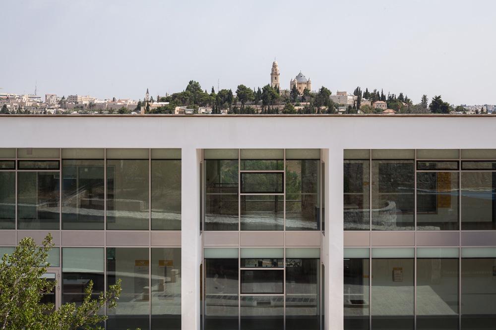 נוף חד-פעמי נשקף מהבניין, שממוקם בשכונת אבו תור על קו התפר בין מזרח ומערב ירושלים. הגג פתוח לציבור הרחב (צילום: טל ניסים)