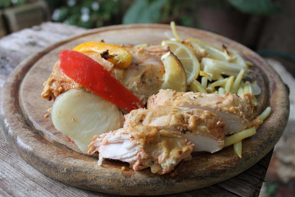 חזה עוף בציפוי ממרח חומוס על מצע ירקות (צילום: ענבר חוברה )