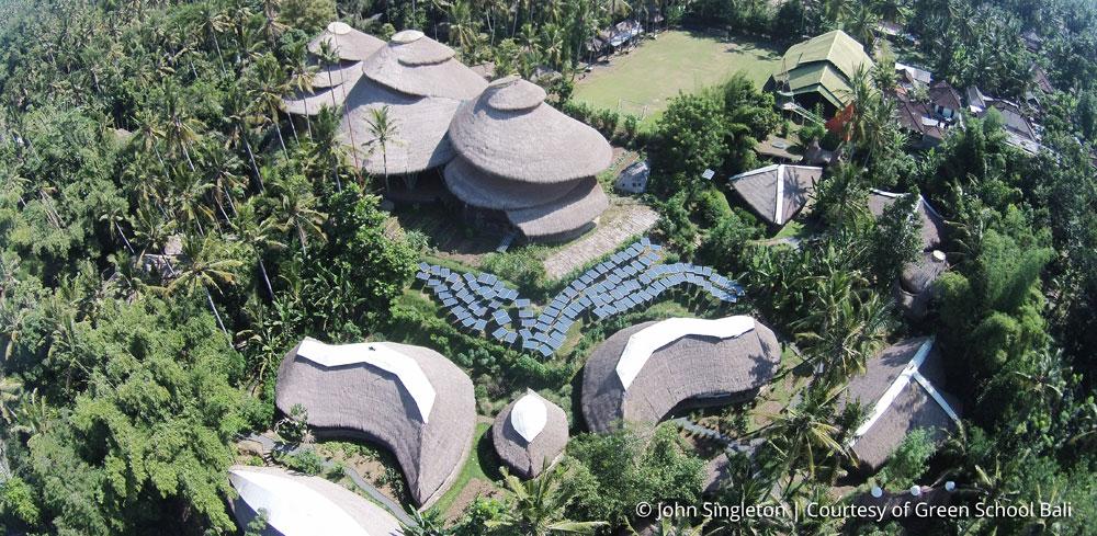 ''גרין סקול באלי'' ממבט הציפור. הוא מתפרש על 81 דונמים, בנוי כולו מבמבוק - אחד מחומרי הבנייה האקולוגיים ביותר (הסבר בכתבה) - מחובר לטבע ומלא בדמיון. את האנרגיה מספקות לו מערכות סולאריות ודלק ביולוגי משמנים טבעיים. אחת ממטרותיו היא להפוך לבית הספר עם טביעת הרגל הפחמנית הקטנה בעולם