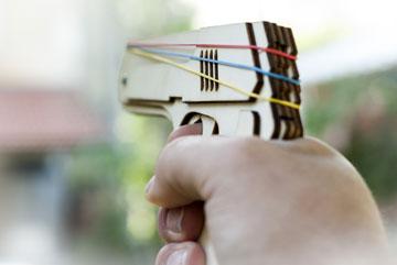 אקדח שיורה צרורות של גומיות. יופי של פורקן למתחי הארוחה (צילום: עומר וידר)