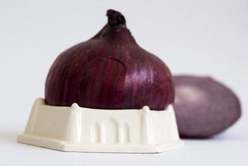 יכול לשמש גם לעגבניה או בצל. ''מעמד לחצי'' של עלמה שחם (צילום: שולמית בן משה)