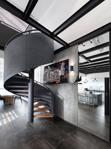 במראה שלצד גרם המדרגות משתקף המטבח (צילום: אלעד גונן)