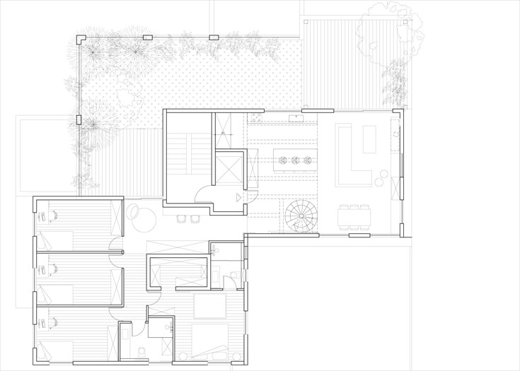 תוכנית הדירה לאחר השיפוץ. דלת הכניסה במרכז הקומה, ונפתחת לכיוון המטבח והסלון. מימינה מסדרון ארוך שבו עמדת עבודה וארונות גדולים, ושמוביל לשלושת חדרי הבנים ולחדר ההורים. למרפסת הגדולה יש שתי יציאות: אחת מהסלון והשנייה מאזור חדרי השינה (תכנית: אדריכלית עדי ארונוב)